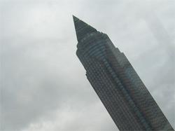 Ein riesiger Füllfedrehalter, der in den Himmel schreibt: Der Frankfurter Messeturm