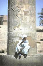 Säulen mit mannshohen Menschendarstellungen
