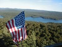 Flagge über Bergen