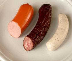 Brühwurst: Geräucherte Fleischwurst (Lyoner) im Kunstdarm,heißgeräucherte und getrocknete Dauerwurst aus Österreich im Kunstdarm, Weißwurst im Naturdarm
