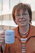 Edith Schuhbauer mit Literatur-Café-Tasse