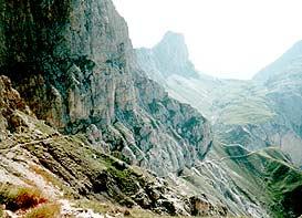 Höhepunkt unseres Alpencross ist die Etappe von der Tierser Alpl (Rotes Dach) im Hintergrund, entlang den Rosszähnen hinauf auf den Dachgarten des Schlern-Massivs.