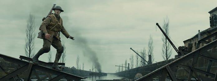 Auch in seiner Erzählweise gleicht der Film einem Computerspiel: Die Mitfahrgelegenheit in einem Militärlaster endet sehr bald, denn dummerweise ist eine Brücke zerstört, also muss William Schofield (George MacKay)schon wieder allein weiterziehen. (Foto: Universal Pictures)