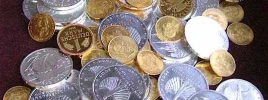 Das Preisgeld des Sir Walter Scott-Preises in Silber- und Goldmünzen.