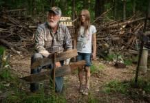 Jud Crandall (John Lithgow) und Ellie (Jeté Laurence) auf dem »Haustier-Fritof« (Foto: Paramount Pictures)