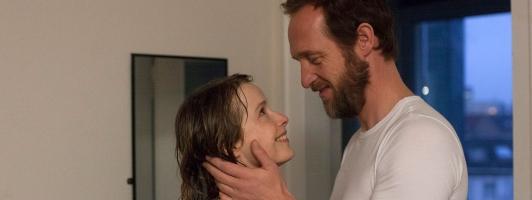 Agnes (Odine Johne) und Walter (Stephan Kampwirth). Glückliche Liebe - oder alles nur eine Romangeschichte? (Foto: Neue Visionen Filmverleih)