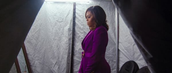 Warten in Violett: Michel Obama vor einem ihrer Auftritte (Foto: Netflix)