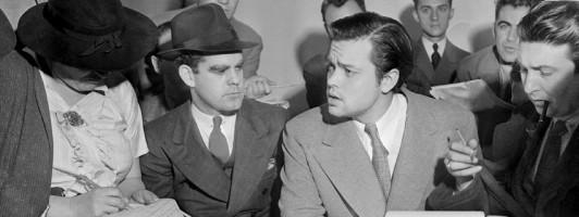 Orson Welles bestreitet auf einer Pressekonferenz, dass er mit seinem Hörspiel eine Panik verursachen wollte (Foto: Wikipedia/Acme News Photos)