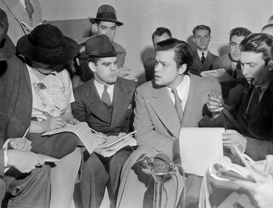 Orson Wells bestreitet auf einer Pressekonferenz, dass er mit seinem Hörspiel eine Panik verursachen wollte (Foto: Wikipedia/Acme News Photos)