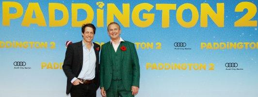 Hugh Grant (links) in der Rolle des Bösewichts und Hugh Bonneville als Vater bei der Premiere von Paddington 2 in Berlin (Foto: Studiocanal)