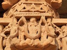 Qutb-Minar: Figuren in einer Moschee