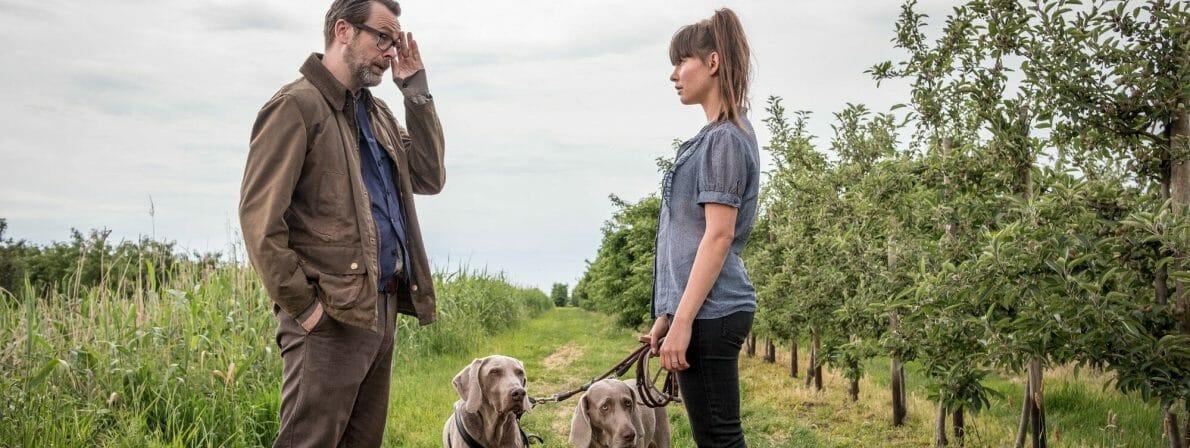 Monolog auf dem Feldweg: Svenja Liesau als Anne von Kamcke und Matthias Matschke als Burkhard Weißwerth. (Foto: ZDF/Boris Laewen)