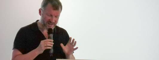 Autor Andreas Maier bei seinem Vortrag auf der Narrativa (Foto: Tischer)