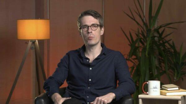 Perfekt ausgeleuchtet wie im YouTube-Zimmer: Moderator und Organisator Leander Wattig (Foto: Screenshot)