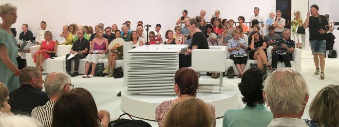 Neu ist die drehbare Lesebühne, die die Autorin nach oder während der Lesung Richtung Publikum drehen lassen kann. Das Bild zeigt Sarah Wipauer vor ihrer Lesung.