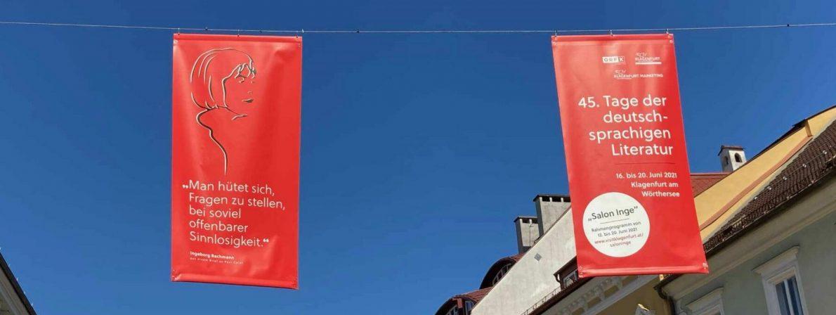 »Man hütet sich, Fragen zu stellen, bei soviel offenkundiger Sinnlosigkeit.« - Bachmann-Banner in der Fußgängerzone von Klagenfurt 2021