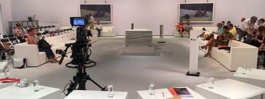 Bachmannpreis-Studio 2017. Vorn die Tische der Juroren, in der Mitte das Lesepult der Autoren.