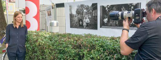 Bachmannpreis-Hausfotograf Johannes Puch porträtiert Jurorin Sandra Kegel vor dem ORF-Studio