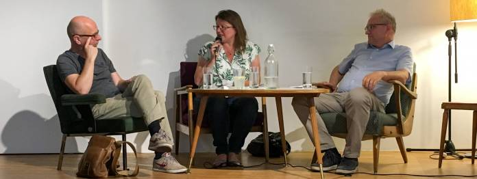 Neu-Jurorin Brigitte Schwens-Harrant bei der Veranstaltung »Kritik der Kritik« 2019 in Klagenfurt (mit Peter Zimmermann (links) und Anton Thuswaldner (rechts))