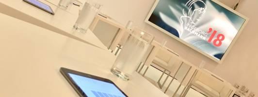 Tablets auf den Juroren-Tischen vor der Abstimmung zum Bachmannpreis 2018