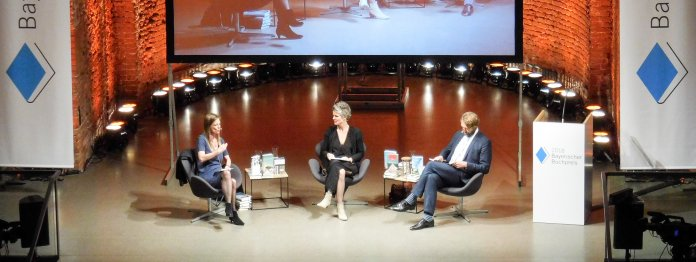 Die Jury auf der Bühne der Allerheiligen-Hofkirche. Von links: Sandra Kegel, Svenja Flaßpöhler und Knut Cordsen (Foto: Tischer)