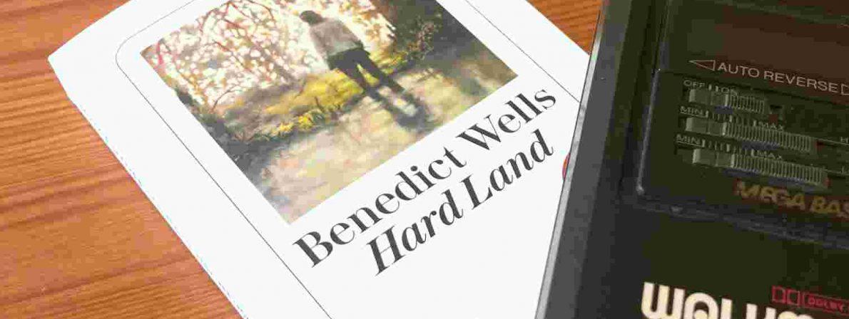 Der Roman »Hard Land« von Benedict Wells mit einem Musikabspielgerät aus den 1980er-Jahren