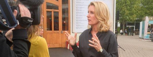 Maria Furtwängler posiert vor dem Lesezelt (Foto: Fellgiebel)