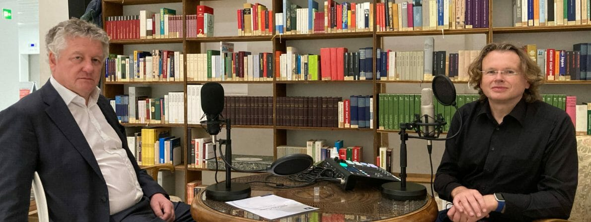 Julius Deutschbauer (link) und Wolfgang Tischer bei der Podcast-Aufnahme in der Bibliothek der ungelesenen Bücher in der Stuttgarter Stadtbibliothek