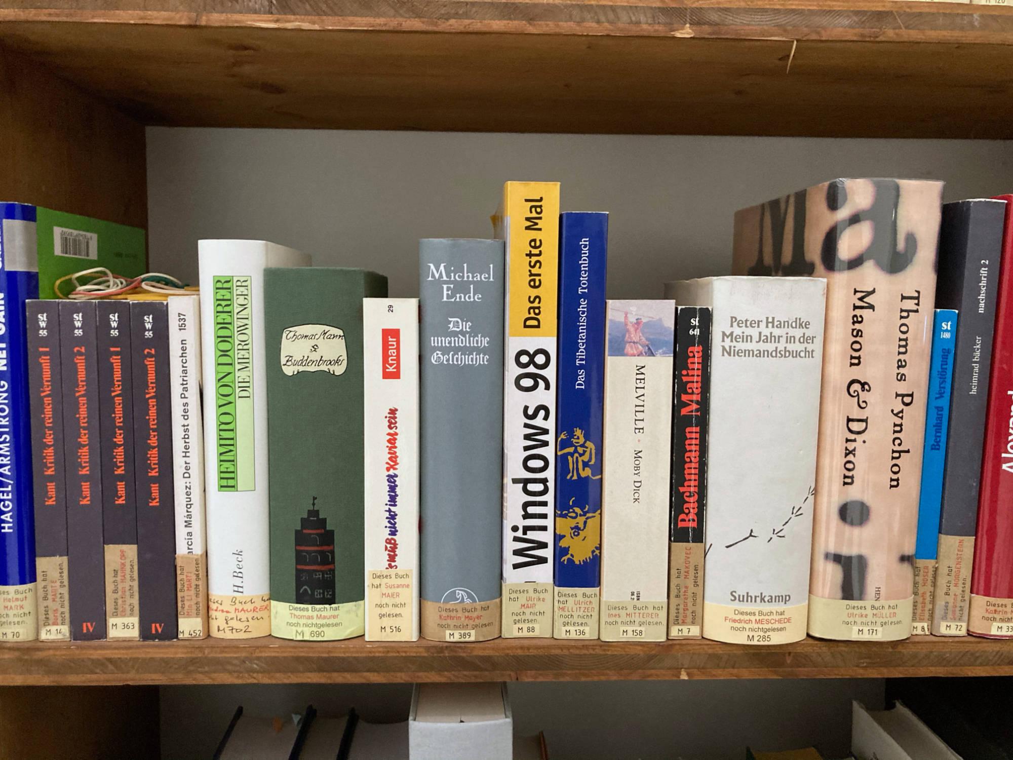 Die Bandbreite der ungelesenen Bücher reicht von Kant, Thomas Mann, Windows Handbuch bis zu Peter Handke