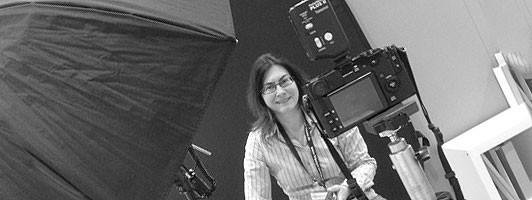 Fotografin Birgit-Cathrin Duval inmitten Ihrer Foto-Ausrüstung