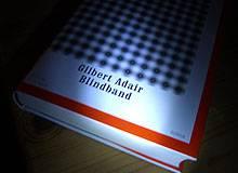 Buchkritik mit Hörprobe: »Blindband« von Gilbert Adair - Grandioses Spiel und ärgerliche Fehler