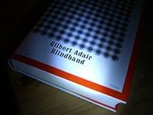 Buchkritik mit Hörprobe: »Blindband« von Gilbert Adair – Grandioses Spiel und ärgerliche Fehler
