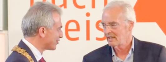 Frankfurts Oberbürgermeister Peter Feldmann (links) gratuliert dem Preisträger Bodo Kirchhoff