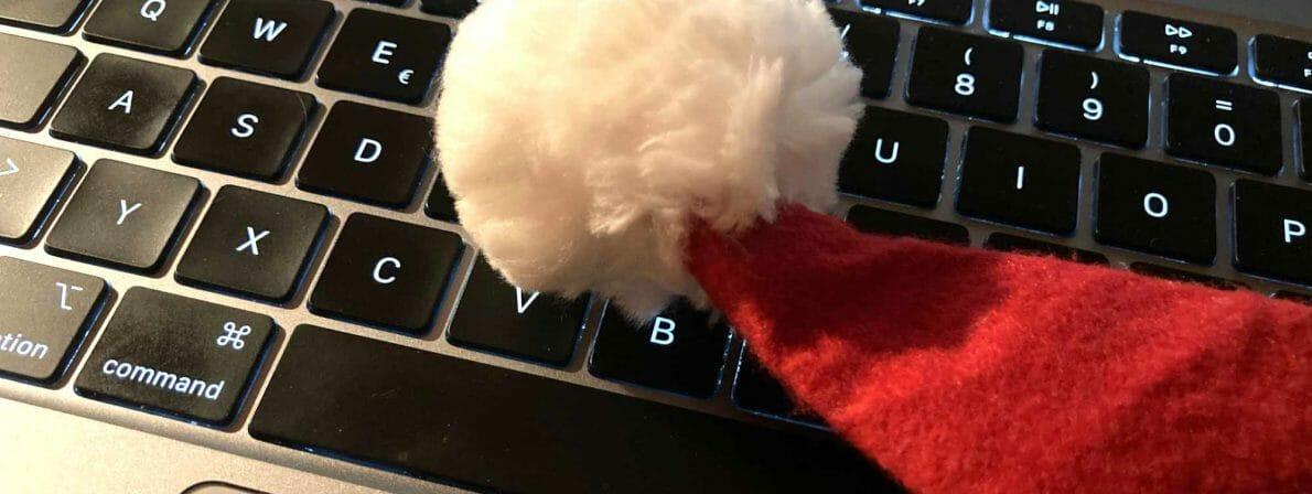 Weihnachtsmütze auf der Tastatur