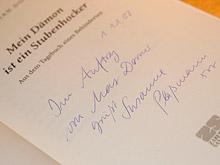 Die Stellvertreterin Susanne Plaßmann signiert auch