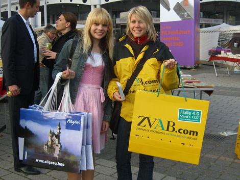 Tütenverteilerinnen vor der Frankfurter Buchmesse