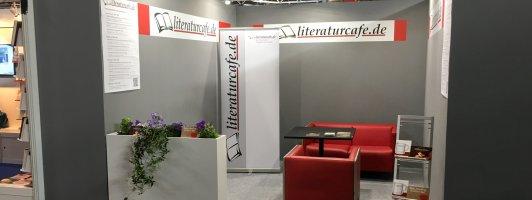 Früh am Morgen: Der Stand des literaturcafe.de gegenüber der Interview-Bühne in Halle 5