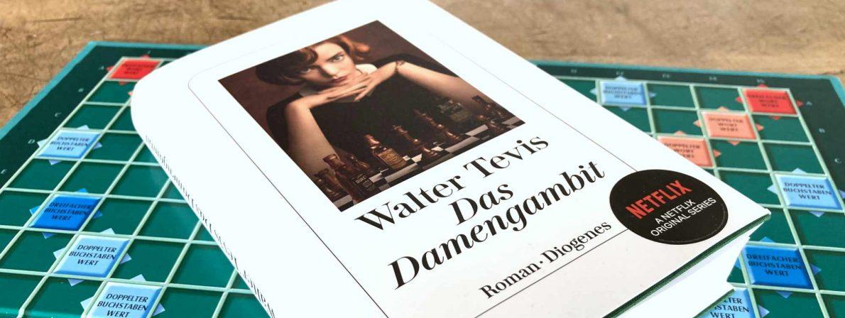 »Das Damengambit« von Walter Tevis. Das Buch auf einem Schachbrett zu fotografieren, wäre ein Klischee. (Foto: literaturcafe.de)