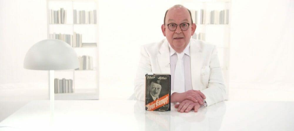 Literaturgott in Weiß: Denis Scheck »rezensiert« Mein Kampf. Zwischenzeitlich wurde das Video vom SWR gelöscht. (Foto: Screenshot/SWR)