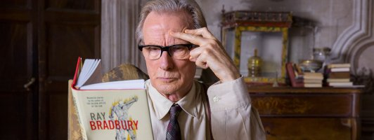 Perfekter Buchtipp: Mr. Brundish (Bill Nighy) wird durch Florence Green zum Ray-Bradbury-Fan (Foto: Lisbeth Salas)