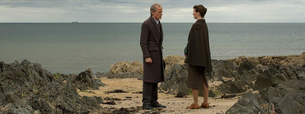 Berührende Begegnung am Strand: Mr. Brundish (Bill Nighy) will Florence Greens (Emily Mortimer) helfen (Foto: Aidan Monaghan)