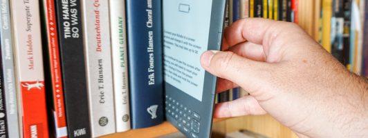 Ganz wichtig: Laut Presseverordnung müssen Berichte über E-Books müssen immer mit einem Symbolbild versehen sein, bei dem ein total veraltetes Gerät aus einem Buchregal gezogen wird.