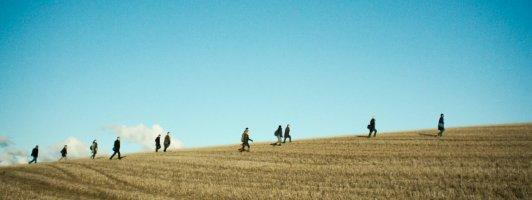 Menschen auf dem Weg nach Macon Heights in der Folge »Der Pendler« (Foto: Sony Pictures)