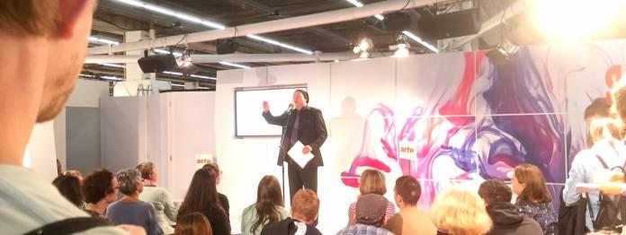 Juston Busse müht sich angestrengt um die Gunst des sehr jungen Publikums (Foto: Barbara Fellgiebel)