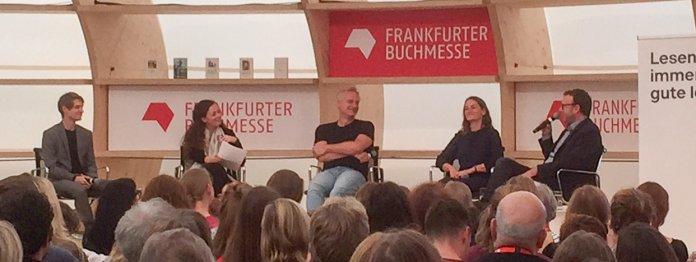 Diogenes-Verlagsleiter Philipp Keel (ganz rechts) im Gespräch mit drei seiner Autoren (Foto: Barbara Fellgiebel)