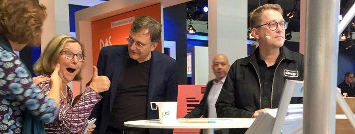 Jan Weiler (rechts) wartet auf seinen Auftritt während sich neben ihm die Gewinner des Mops des Jahres über ihren Preis freuen