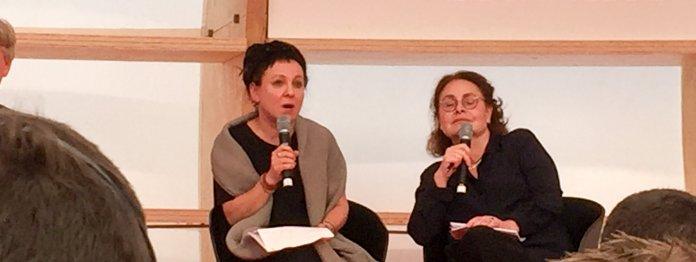 Olga Tokarcuk links, ihre Übersetzerin rechts
