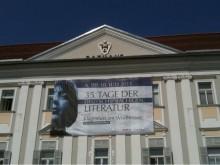 Ingeborg Bachmann haben sie hier am Rathaus aufgehängt