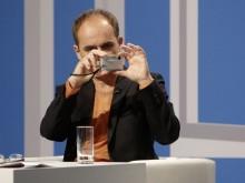 Leopold Federmair fotografiert während der Diskussion über seinen Text die Jury (Foto: ORF/bachmannpreis.eu)