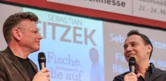 Wolfgang Tischer (links) im Gespräch mit Bestseller-Autor Sebastian Fitzek (Foto: Birgit-Cathrin Duval)